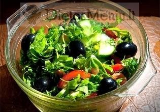 Daržovių salotos su alyvuogėmis